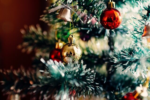 Feldíszített karácsonyfa